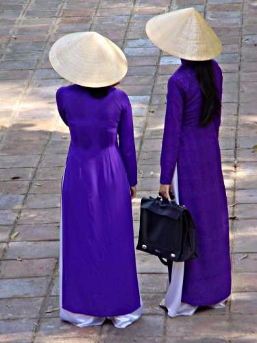 Hình ảnh Những cô gái Huế thướt tha trong tà áo dài truyền thống và nón lá