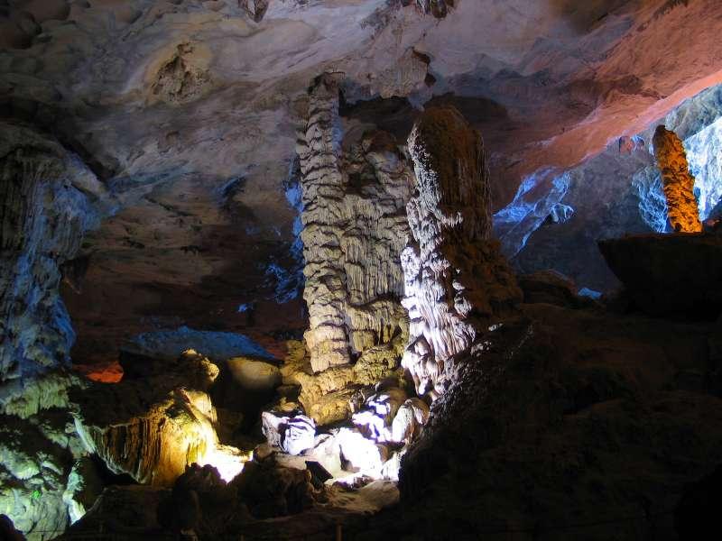 Chính giữa lòng hang là một cột trụ chống trời khổng lồ